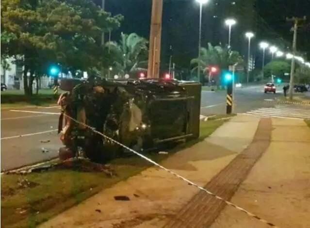 Após colisão, carro da vítima capotou (Foto: Direto das Ruas/Arquivo Campo Grande News)
