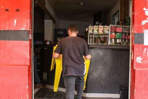 """Contrariados, bares recolhem as mesas e defendem que """"lei seca"""" não vai resolver"""