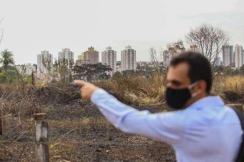 """""""Todo ano é a mesma coisa"""",  reclama vizinho de área queimada na Vila Planalto"""