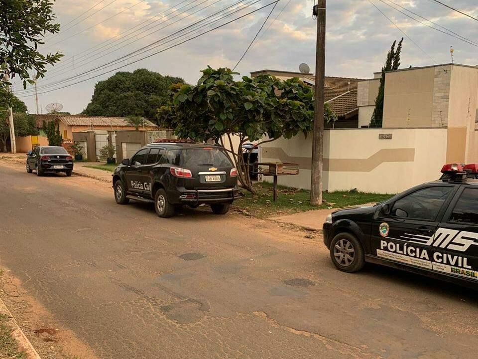 Viaturas da Polícia Civil na residência do administrador preso em Caarapó (Foto: Divulgação)