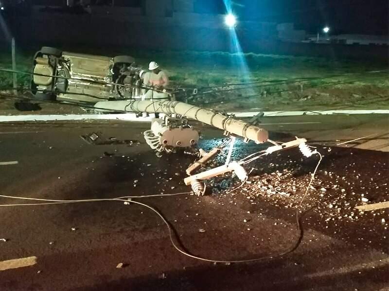 Poste caiu e ocupou parte da pista após batida de carro. (Foto: Divulgação/BPTran)