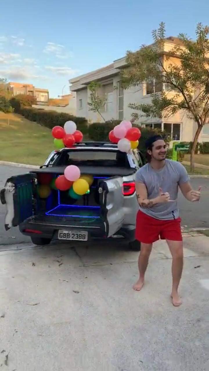 Luan Santana posando para foto ao lado do carro de som que recebeu a homenagem. (Foto: Reprodução/Vídeo)