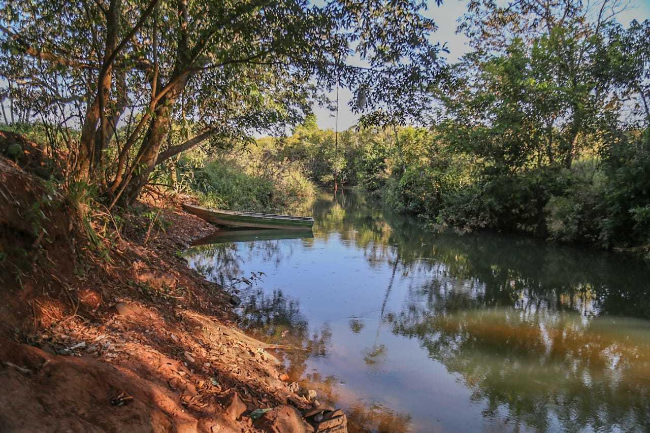 Córrego Guariroba com barco de pescadores que frequentam o local. (Foto: Marcos Maluf)