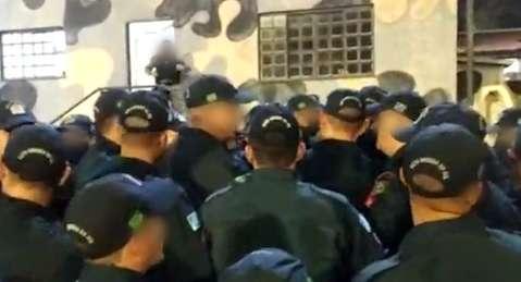 Curso para formar sargentos da PM tem aglomeração de policiais sem máscara