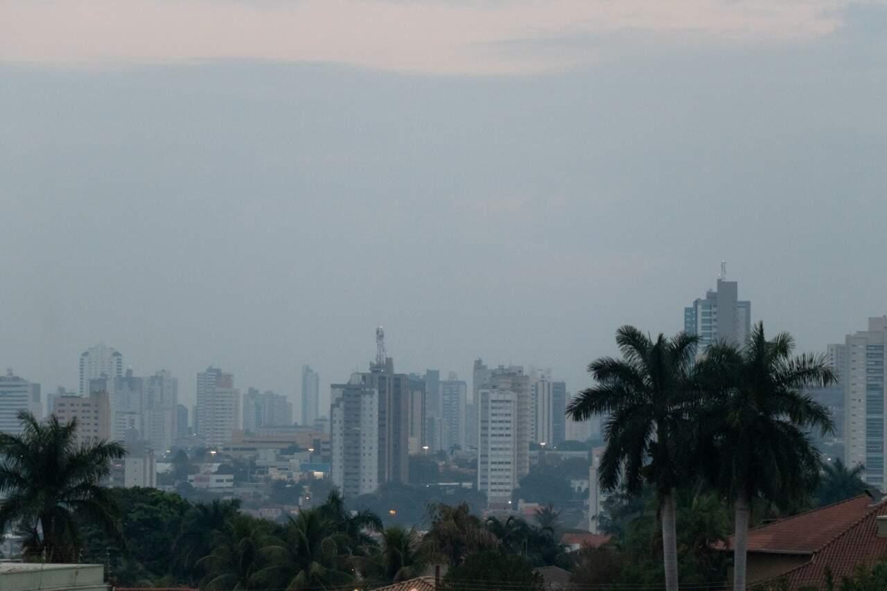 Névoa seca entre prédios na região do Bairro Itanhangá, em Campo Grande. (Foto: Henrique Kaweaminami)