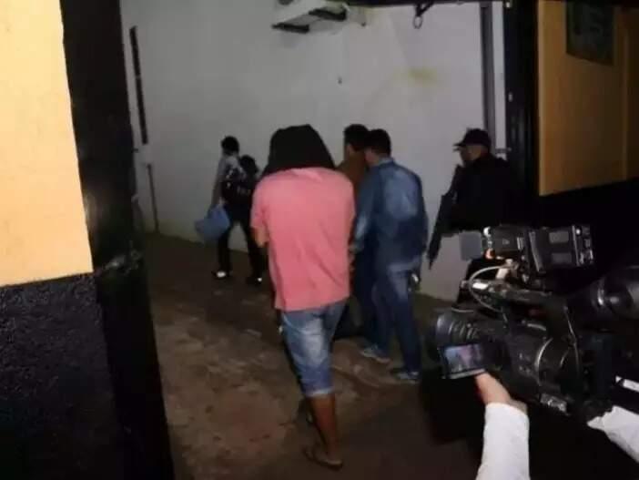 Presos chegam ao CT (Centro de Triagem) no dia em que foi deflagrada a Operação Omertá, em 27 de setembro de 2019 (Foto: Campo Grande News/Arquivo)