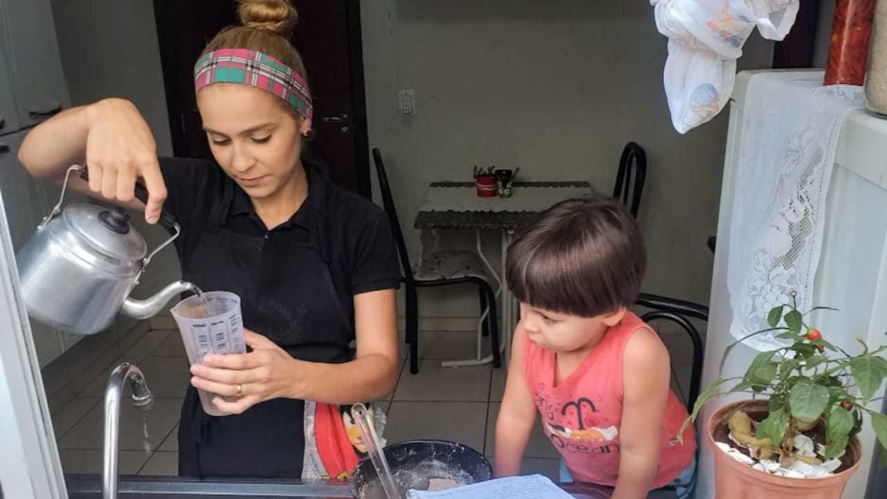 Gabriela e o filho de três anos cozinhando (Foto: Karolina Leon)