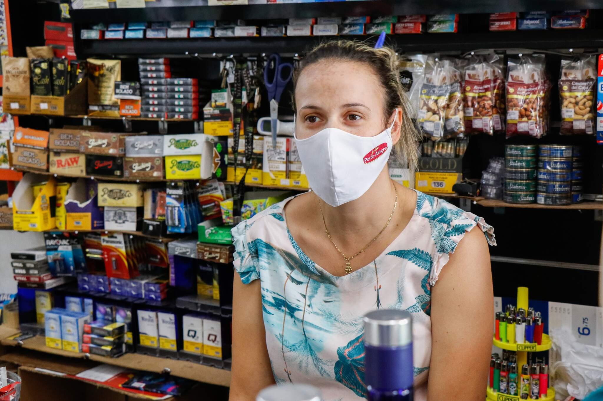 Comerciante, Daiane Rezende, de 38 anos, disse que medo da doença tem afetado a saúde mental. (Foto: Henrique Kawaminami)