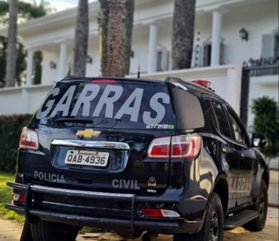Viatura do Garras em frente à mansão de Fahd Jamil, no dia 18 de junho (Foto: Arquivo)