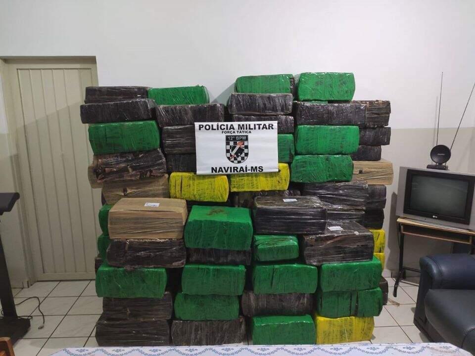 Fardos de maconha estavam armazenados em galpão e dois veículos. (Foto: Divulgação/Polícia Militar)