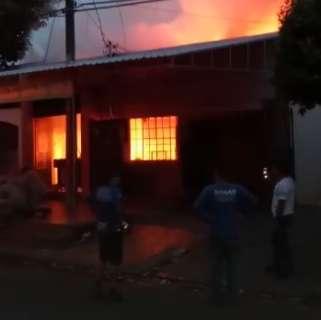 Curto-circuito provoca incêndio e destrói casa e bar no Conjunto Aero Rancho