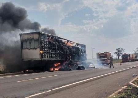 Incêndio destrói carreta com carga de algodão na BR-267