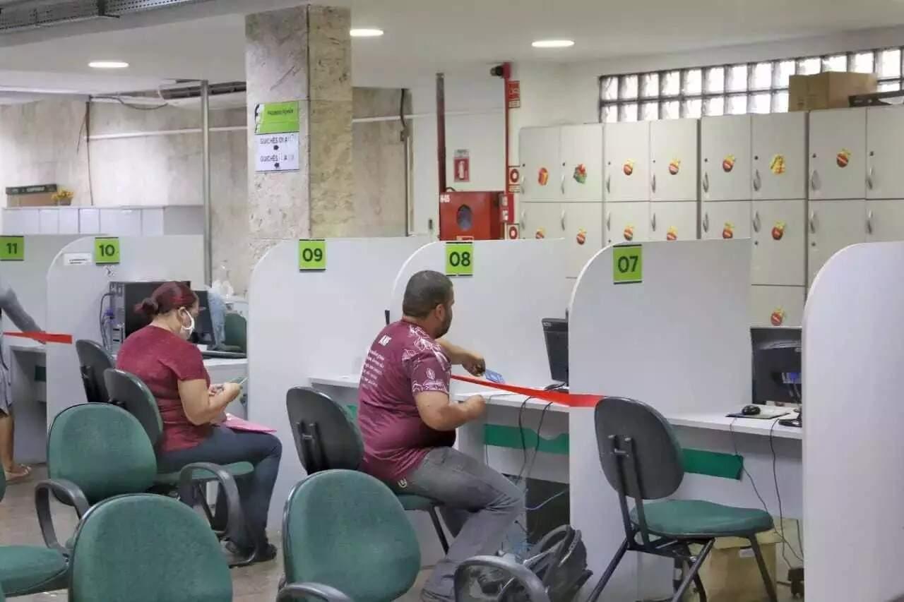 Candidatos durante atendimento na agência de emprego, localizada no Centro de Campo Grande (Foto: Paulo Francis)
