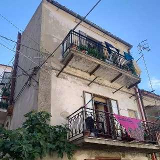 Casa fechada há 15 anos vira lar charmoso no estilo italiano