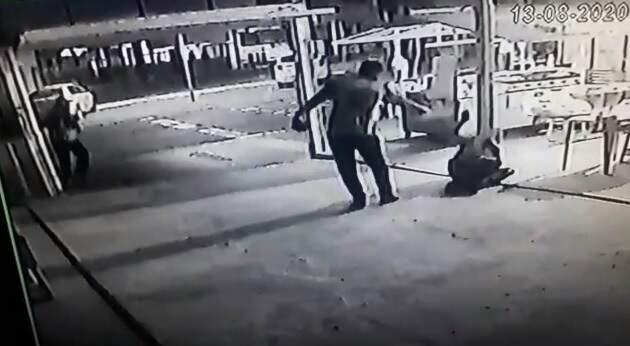 Criminoso se aproximou da vítima já caída e deu último disparo na direção da cabeça. (Foto:Reprodução)