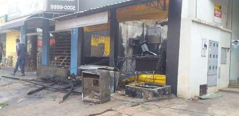 Incêndio na madrugada atinge conveniência, loja de motos e lanchonete