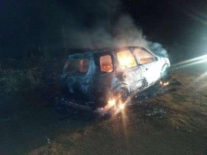 Carro é encontrado em chamas em área dominada pelo narcotráfico