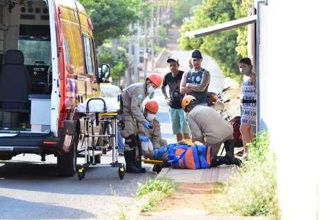 Motociclista sofre corte no pescoço por conta de cabo solto em rua