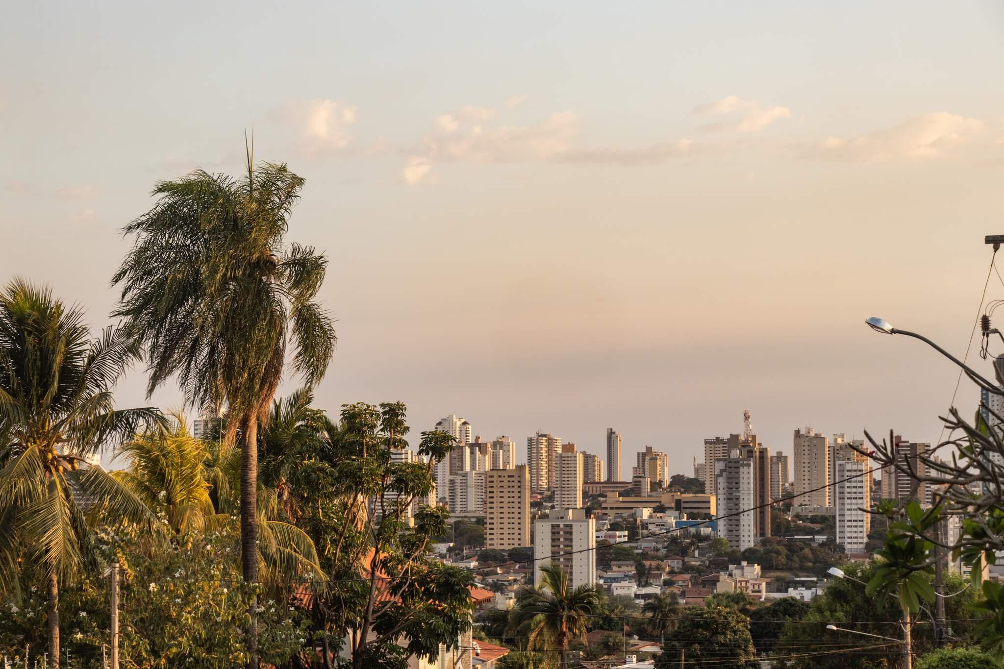 Campo Grande amanheceu com temperatura amena, mas previsão é de calor com máxima de 33ºC (Foto: Henrique Kawaminami)