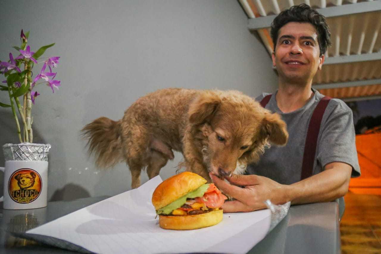 Tchoco não come os lanches, apenas posa para fotos para dar ainda mais personalide a sua hamburgueria. (Foto: Marcos Maluf)
