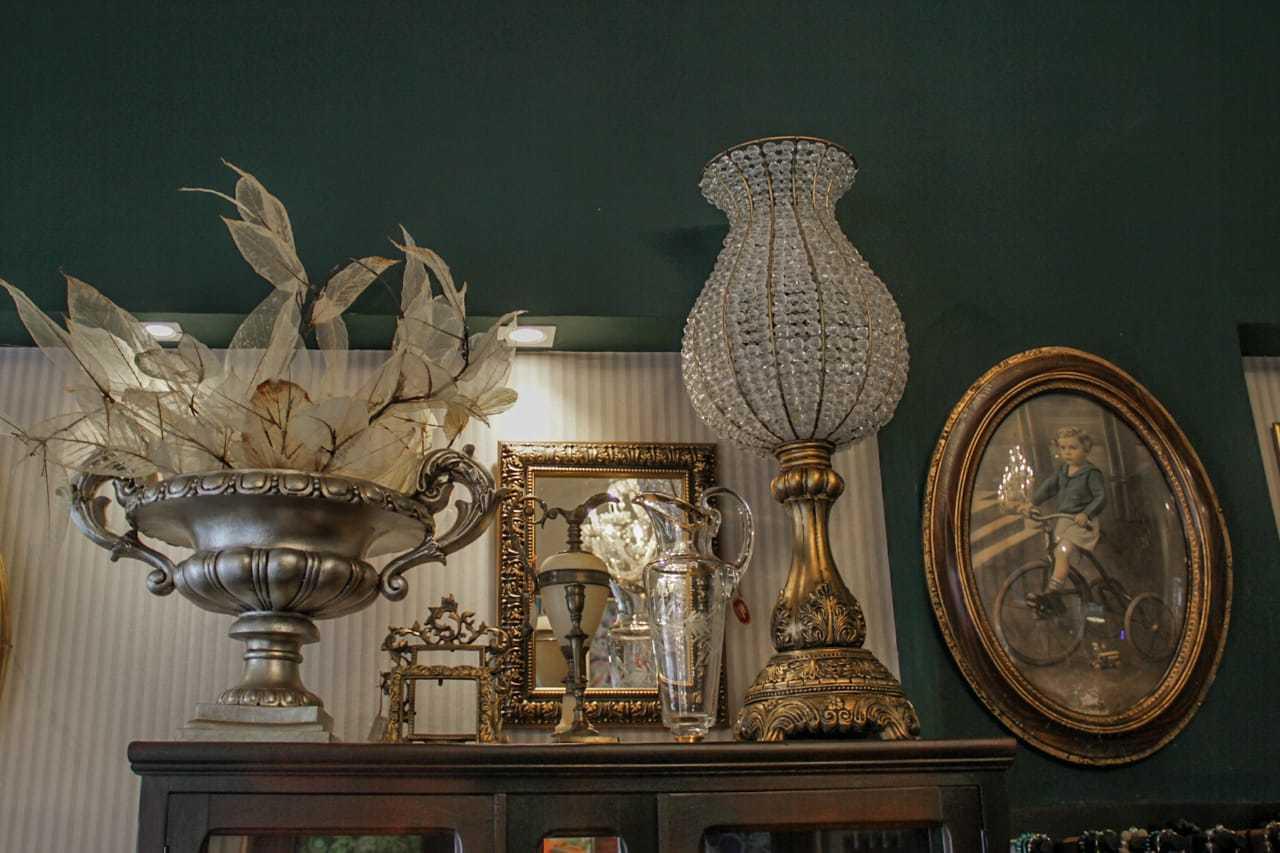 Além dos itens antigos, folhagem na decoração foi feita por Whelton. (Foto: Silas Lima)