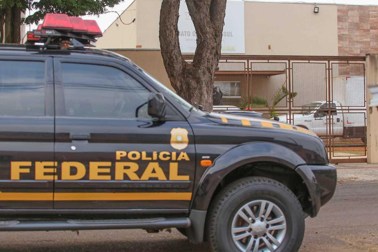 Equipe da PF na sede da DSEI, na Vila Bandeirantes, em Campo Grande (Foto: Marcos Maluf)