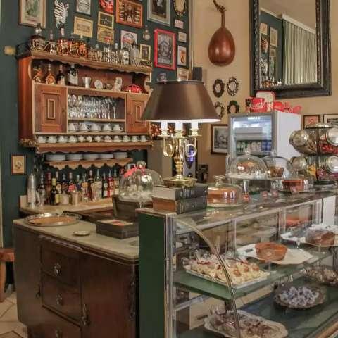 Café no estilo europeu abre as portas com móveis à venda no menu
