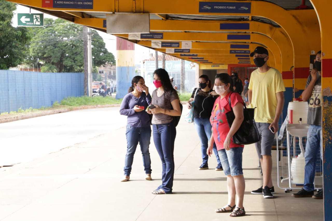 Passageiros aguardam transporte no Terminal Morenão, durante a pandemia (Foto: Kisie Ainoã/Arquivo)