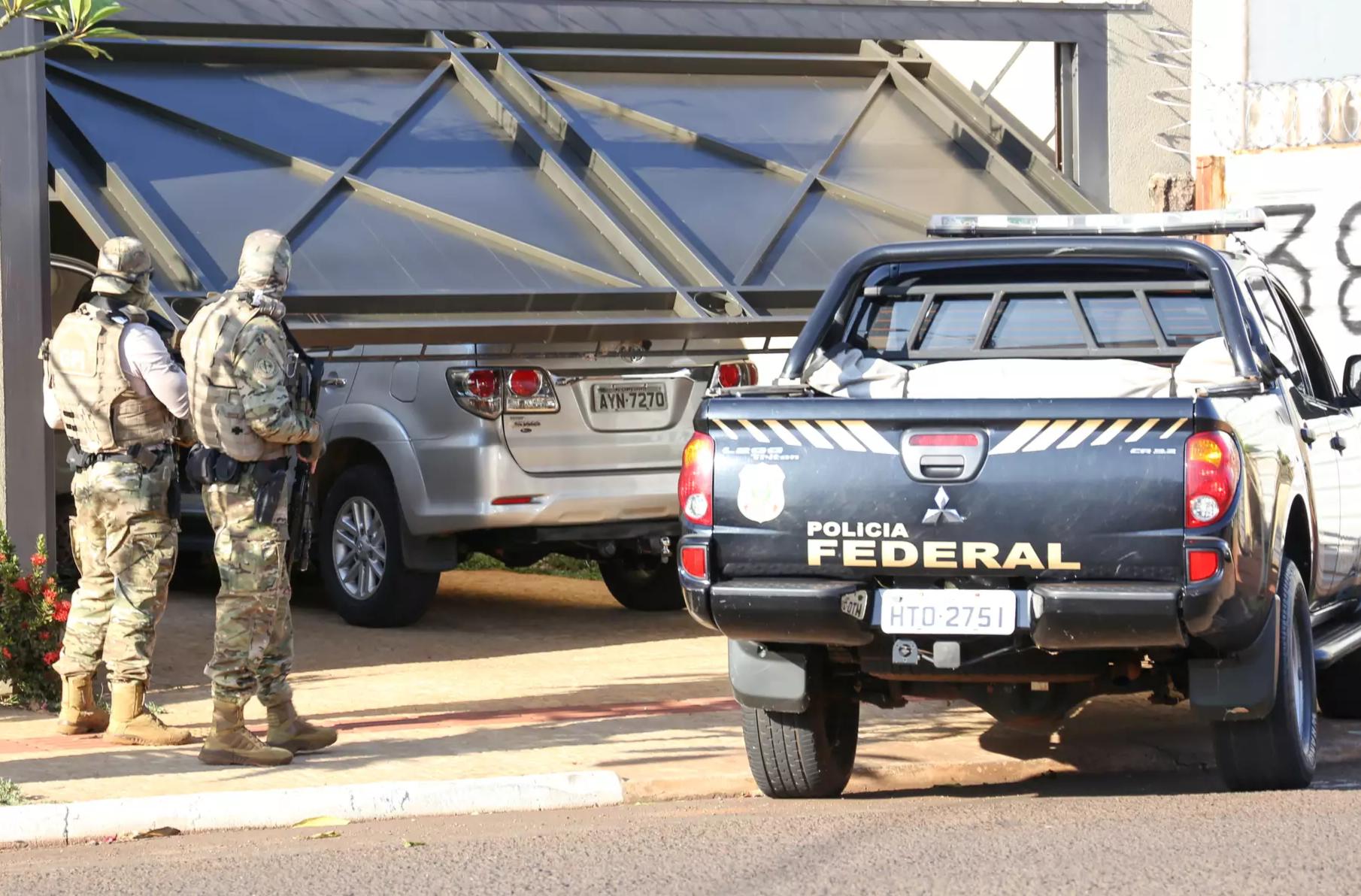 Policiais federais durante operação contra quadrilha do tráfico em Campo Grande. (Foto: Paulo Francis)