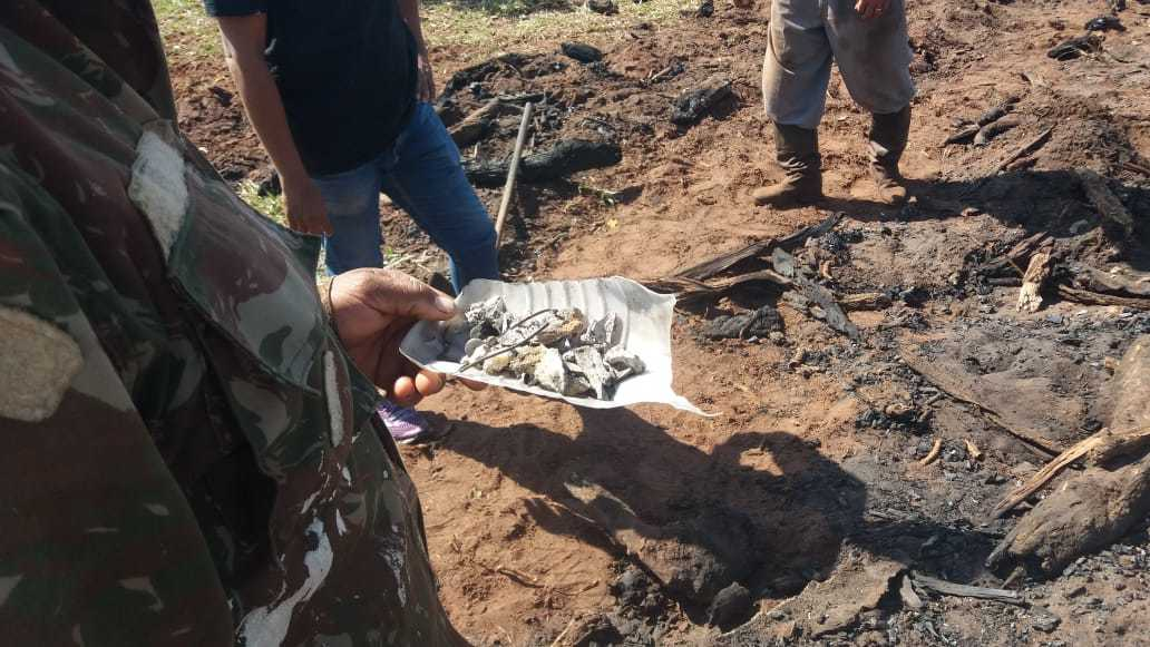 Vestígios de ossos foram encontrados em meio a resto de fogueira. (Foto: Direto das Ruas)