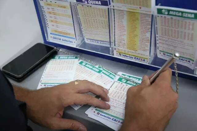 Apostador anota números da sorte em talão. (Foto: Arquivo / Campo Grande News)