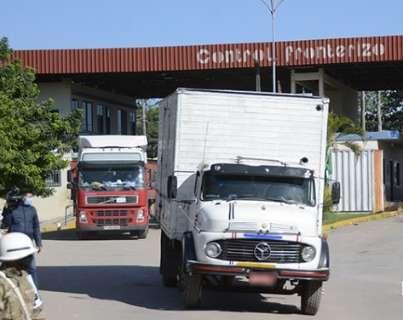 Após 48h, bloqueio é suspenso e caminhões voltam a cruzar a fronteira
