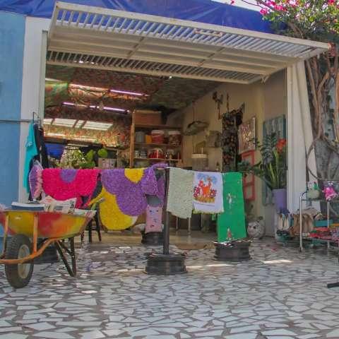 Garagem colorida vira point para artesanato, cores e cafezinho à tarde