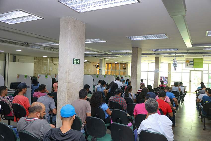 Trabalhadores aguardam por atendimento na sede da Funtrab (Foto: arquivo/Marcos Maluf)