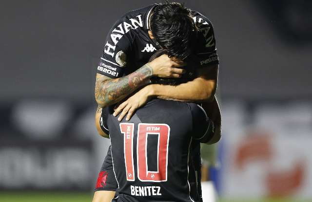 Vasco derrota Athletico-PR por 1 a 0 e volta ao G-4 do Brasileirão