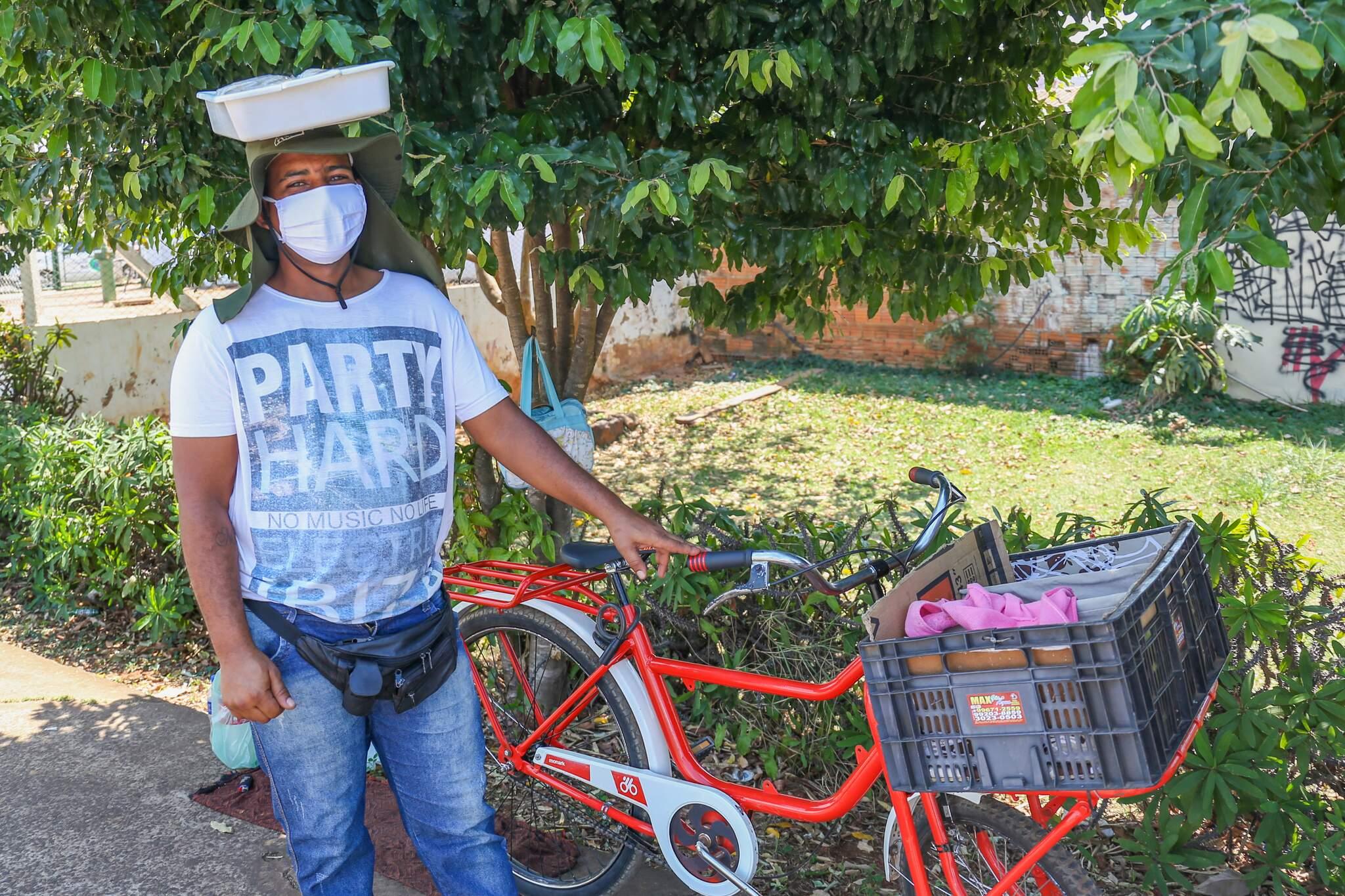 Raul mostra sua nova bicicleta, nada parecida com a Caloi 10 que tinha anteriormente. (Foto: Paulo Francis)