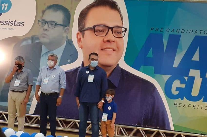 Alan Guedes (de mão dada com o filho), Evander Vendramini e Eudélio de Mendonça na convenção do Progressistas em Dourados (Foto: Divulgação)