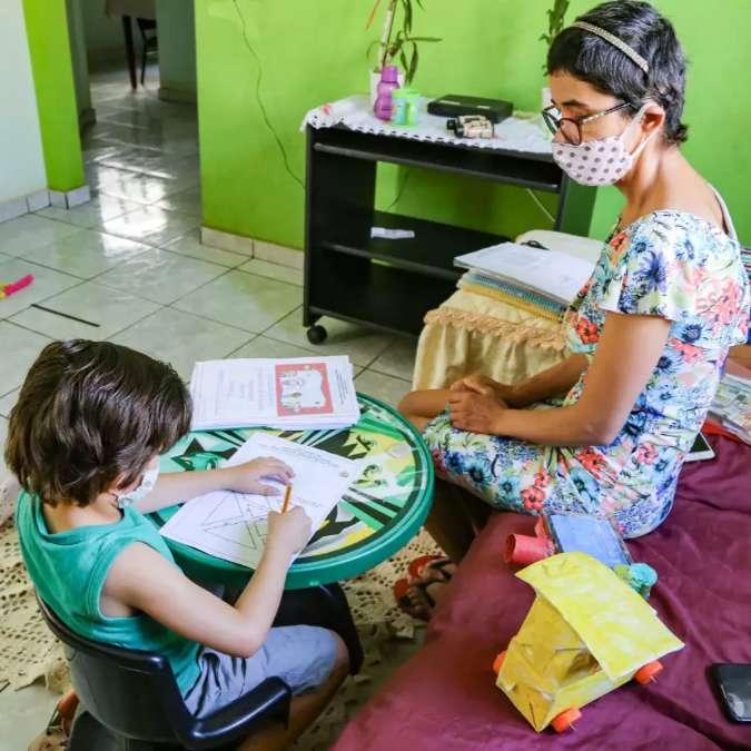 Mãe ensina filho a escrever e alegria é recompensa diante de um câncer -  Comportamento - Campo Grande News