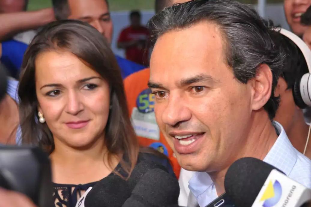 Adriane Lopes observa o prefeito Marquinhos Trad, com quem vai formar chapa novamente para a prefeitura de Campo Grande. (Foto: Arquivo)