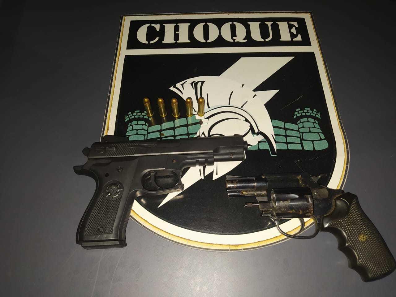 Pistola de brinquedo e revólver cal.38 foram utilizados no roubo pelos menores. (Foto: Divulgação/Choque)