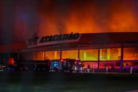Fogo alto no Atacadão consome produtos e produz fumaça vista à distância