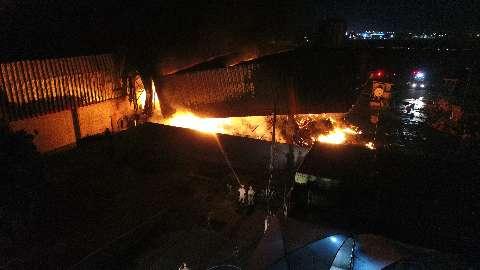 """""""Sem hora para acabar"""": bombeiros de folga combatem incêndio em atacadista"""