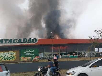 Incêndio obriga clientes e funcionários a saírem às pressas de atacadista