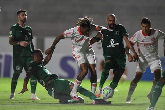 Com um jogador a menos, Goiás vence o Internacional dentro de casa