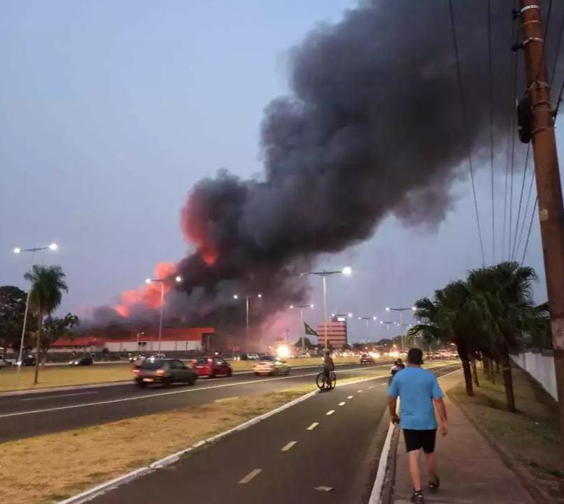 Da avenida Duque de Caxias, à distância, era possível ver as chamas e a fumaça produzida pelo incêndio no atadista. (Foto: Gabriela Gomes