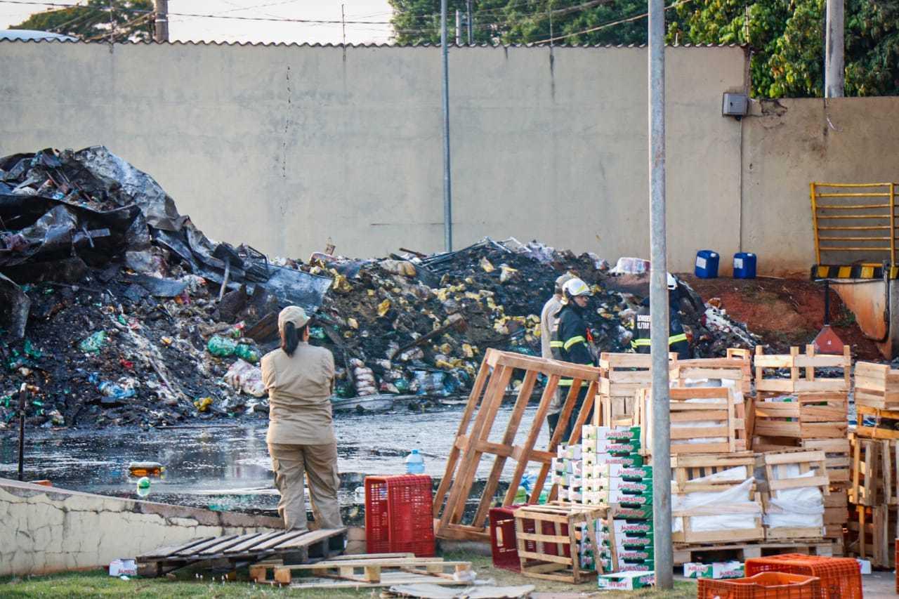 No pátio de atacadista, montanha de material consumido pelo fogo (Foto: Henrique Kawaminami)