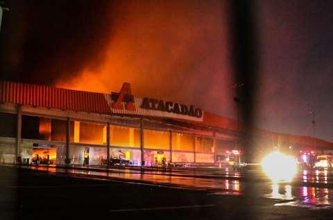De longe e de cima: fogo em atacadista é imagem que impressiona