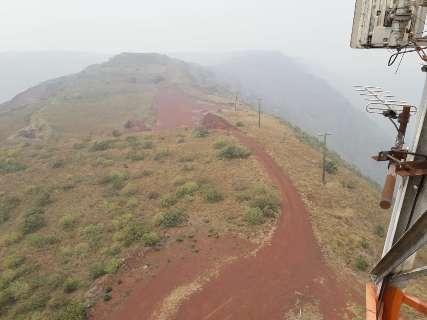 A 967 metros de altura, foto mostra Morro do Urucum encoberto por fumaça