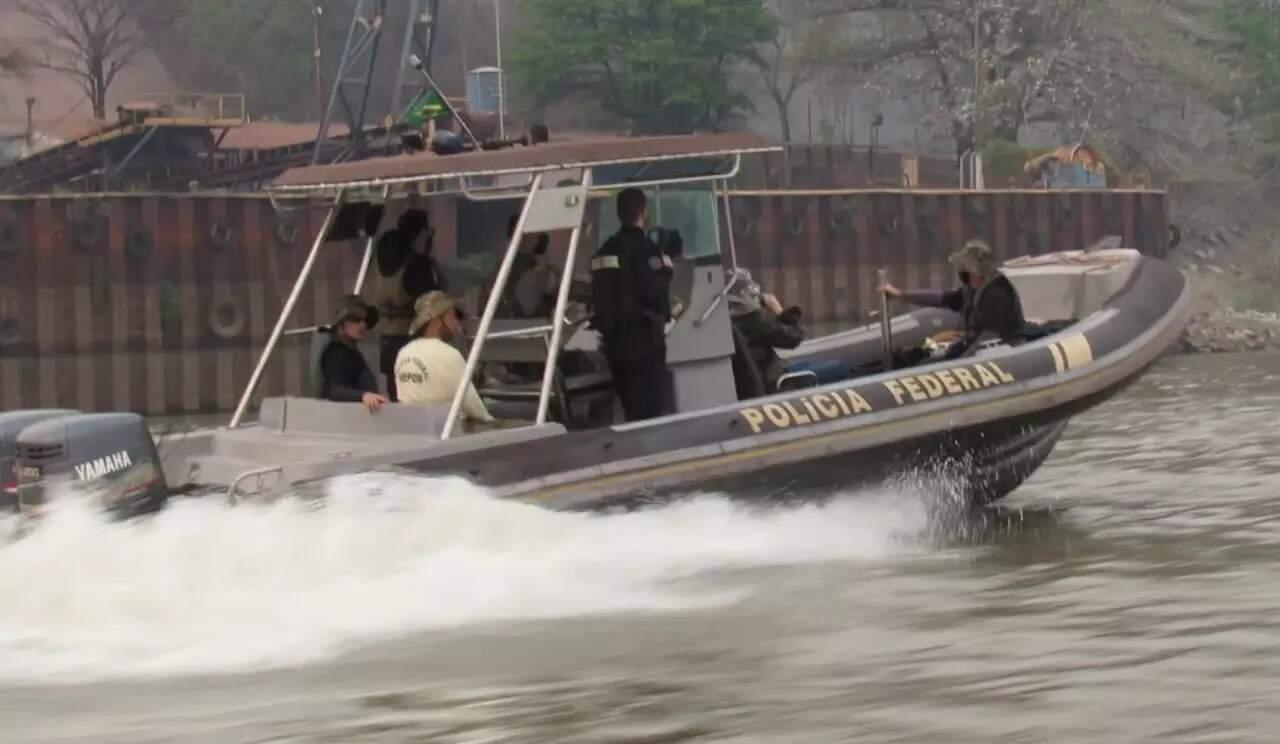 Polícia Federal teve que trocar helicóptero por embarcação nessa segunda-feira por causa da fumaça (Foto: Reprodução/PF)
