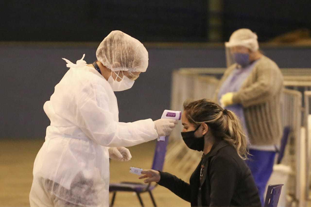 Moradora sendo atendida no polo de diagnósticos para covid-19, em Campo Grande. (Foto: Marcos Maluf)